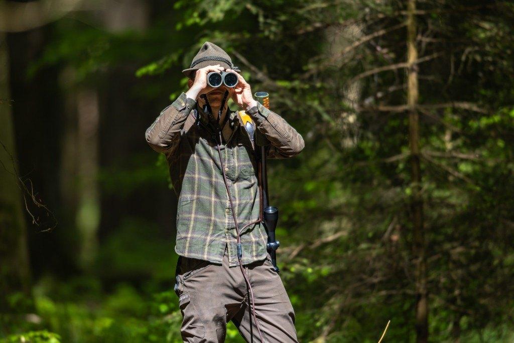 Jäger auf der Pirsch mit Fernglas