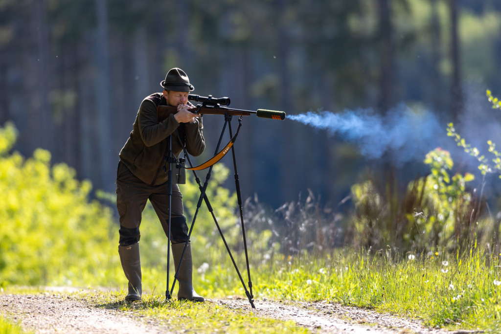 Jäger beim Abfeuern der Büchse