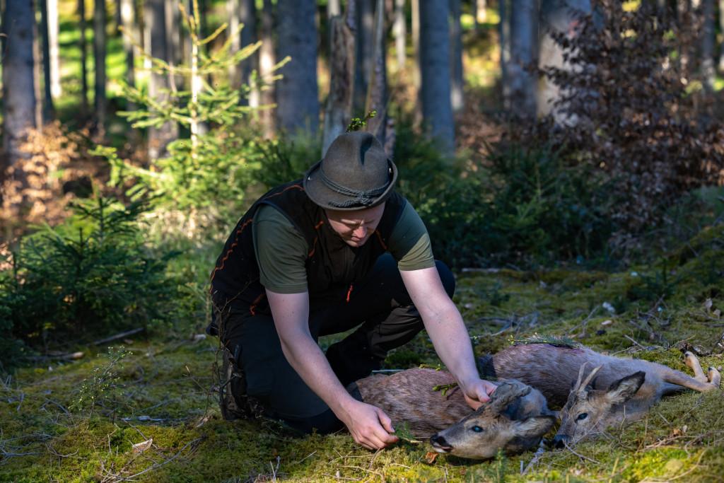 Jäger gibt Rehbock den letzten Bissen