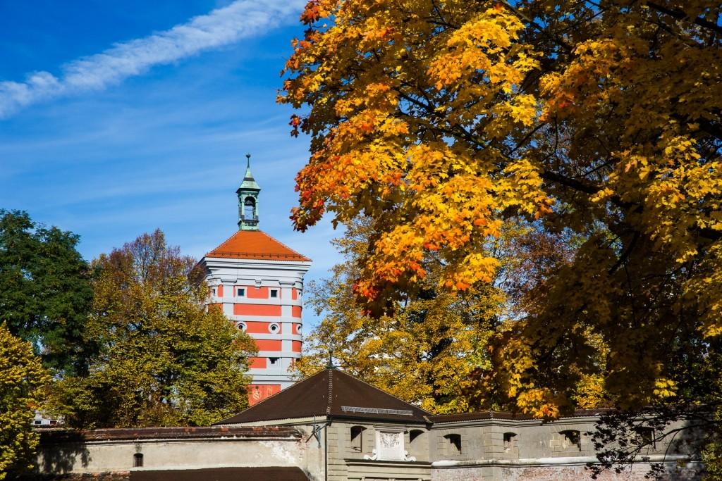Rotes Tor mit Wallanlage